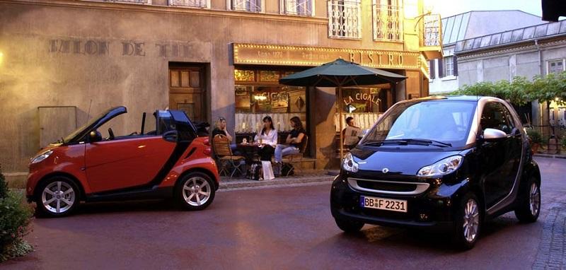 Carros parados em rua