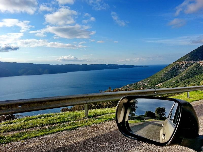 Retrovisor de carro e paisagem de fundo