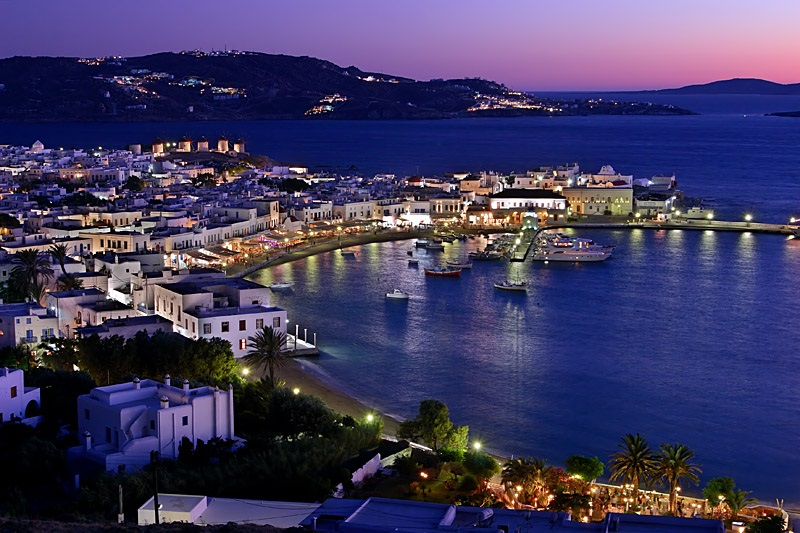 Mykonos na Grécia iluminada de noite