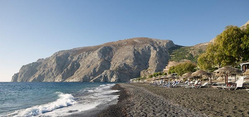 Praia Kamari na ilha de Santorini