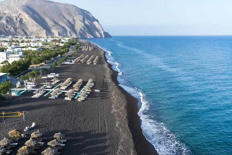 Praia Perissa na ilha de Santorini