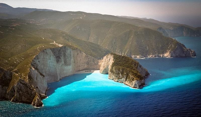 Praia e montanhas em Zaquintos na Grécia