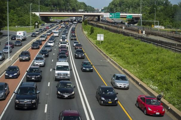 Movimento grande de carros em estrada