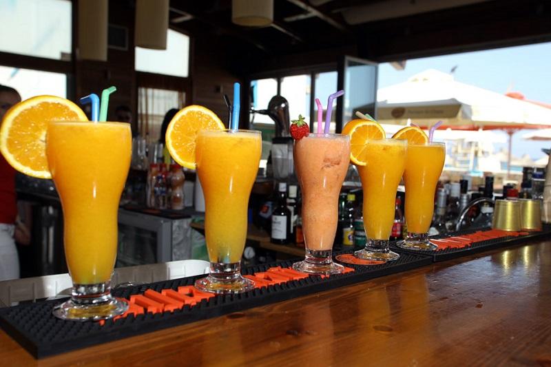 Drinks em balcão de bar