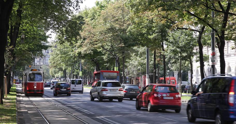 Carros e bonde em rua de Viena