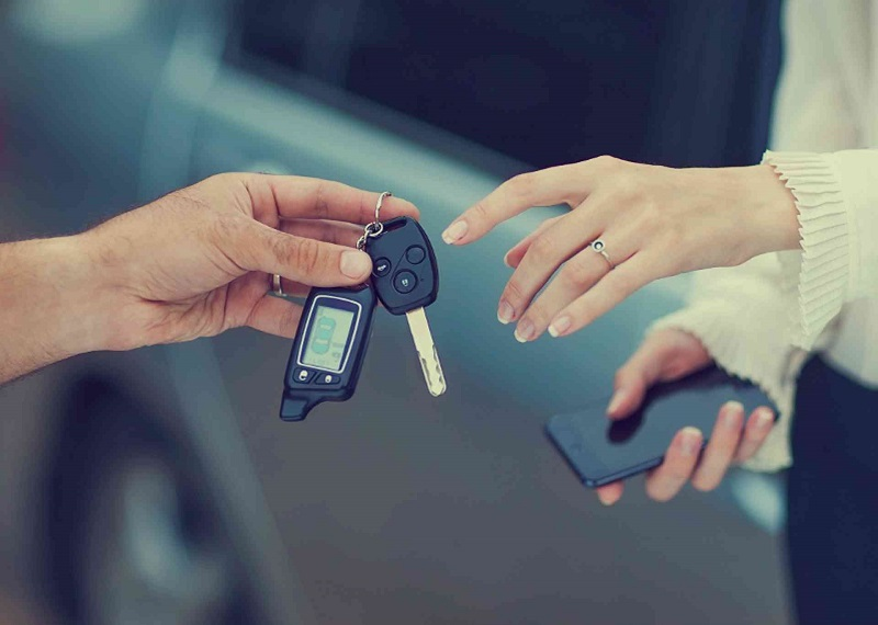 Mulher pegando chave de carro
