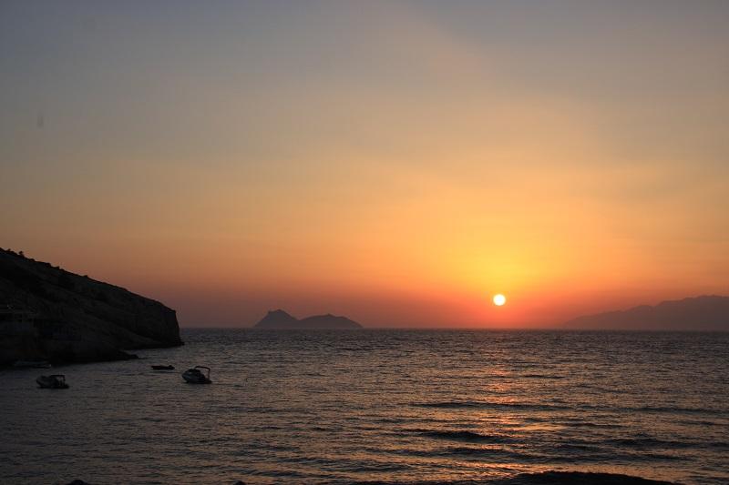 Pôr-do-sol em Matala em Creta