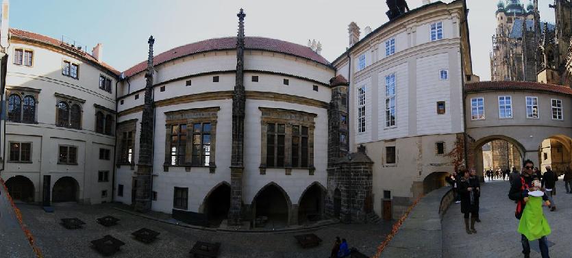 Visitantes no Antigo Palácio Real de Praga