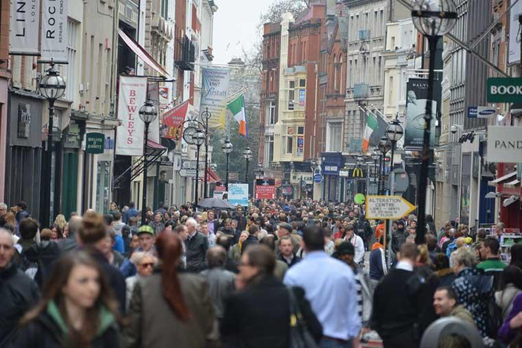 Pessoas na Grafton Street em Dublin