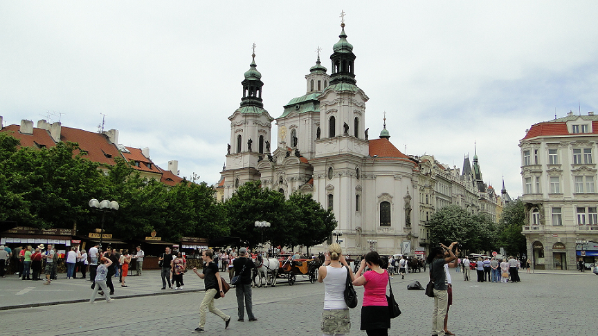 Visitantes na Cidade Velha em Praga