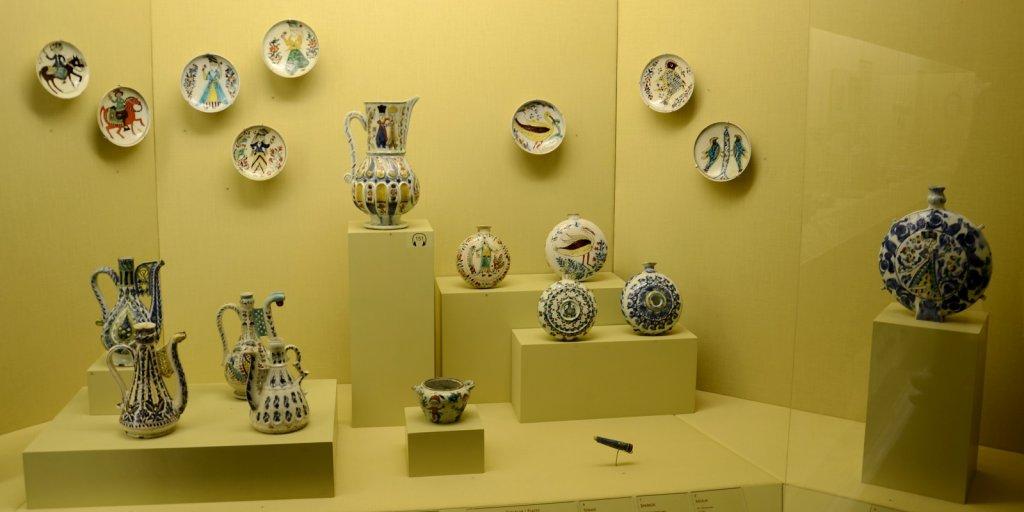 Coleção de louças e cerâmicas do Museu Pera em Istambul