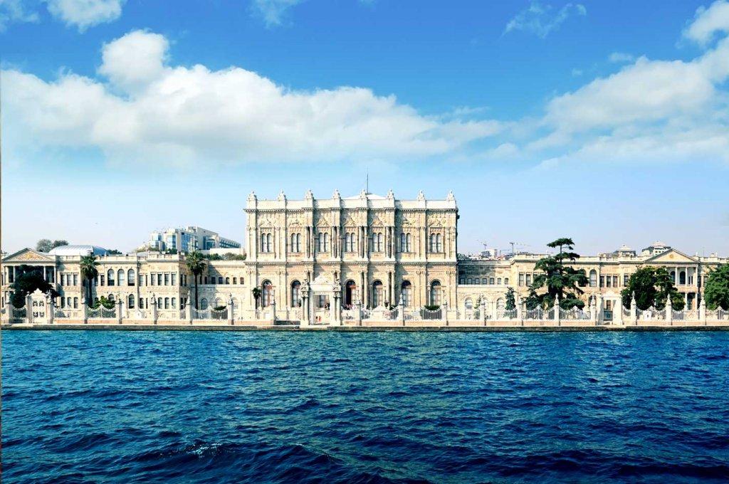 Palácio Dolmabahçe em Istambul perto do Estreito de Bósforo