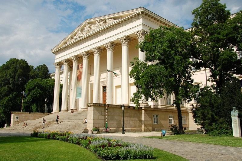 Fachada do Museu Nacional Húngaro
