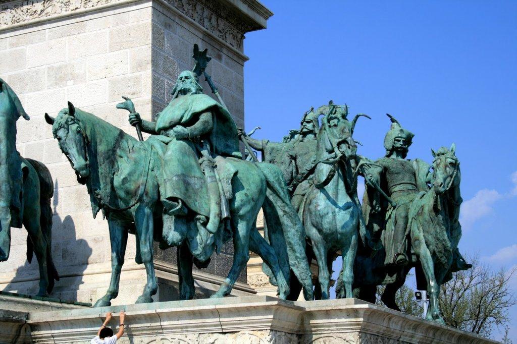 Estátua na Praça dos Heróis em Budapeste