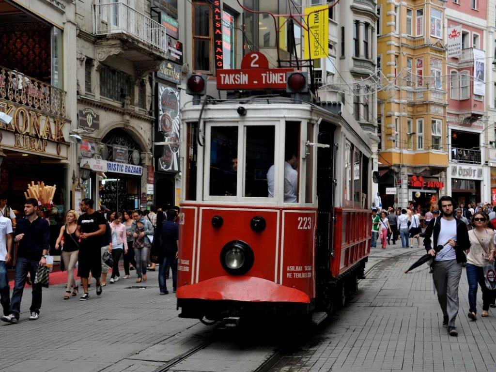 Passeio de bonde pela Avenida Taksim em Istambul
