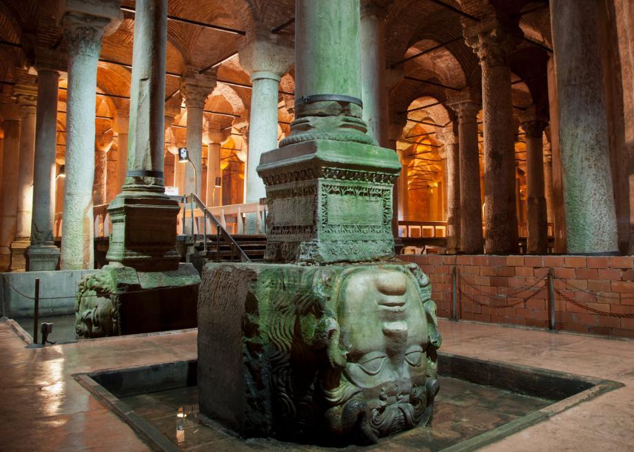 Cabeças de Medusa na Cisterna da Basílica em Istambul
